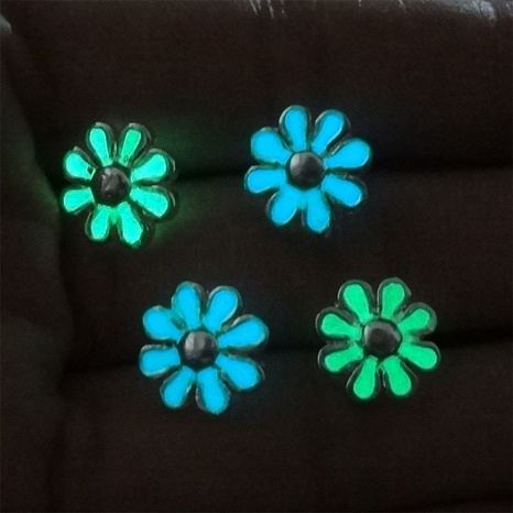 Nihaojewelry einfache leuchtende Gänseblümchen Ohrringe Großhandel Schmuck NHAN374493's discount tags