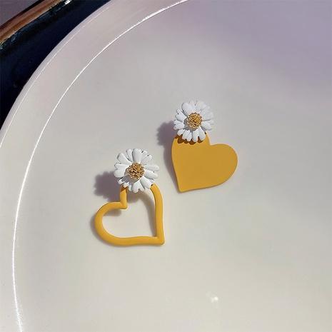 Nihaojewelry joyas al por mayor coreanos pequeños aretes asimétricos de corazón amarillo margarita NHOT378741's discount tags