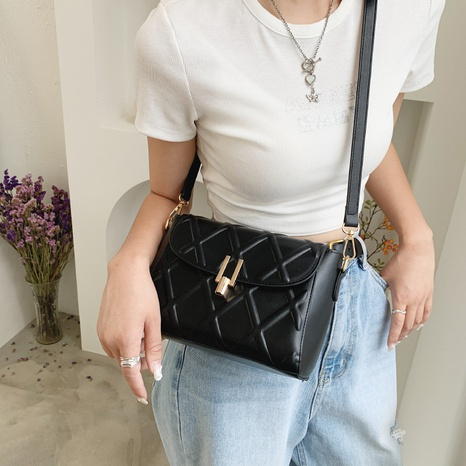 wholesale accessories solid color rhombic messenger bag Nihaojewelry NHTG375931's discount tags