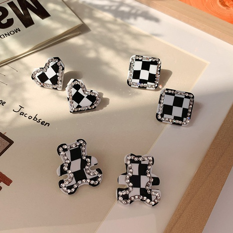 Pendientes de botón de oso cuadrado de diamante de tablero de ajedrez blanco negro al por mayor nihaojewelry NHMS430441's discount tags