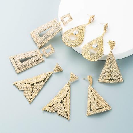 Pendientes triangulares de diamantes de imitación con incrustaciones de aleación hueca de moda al por mayor Nihaojewelry NHLN418966's discount tags